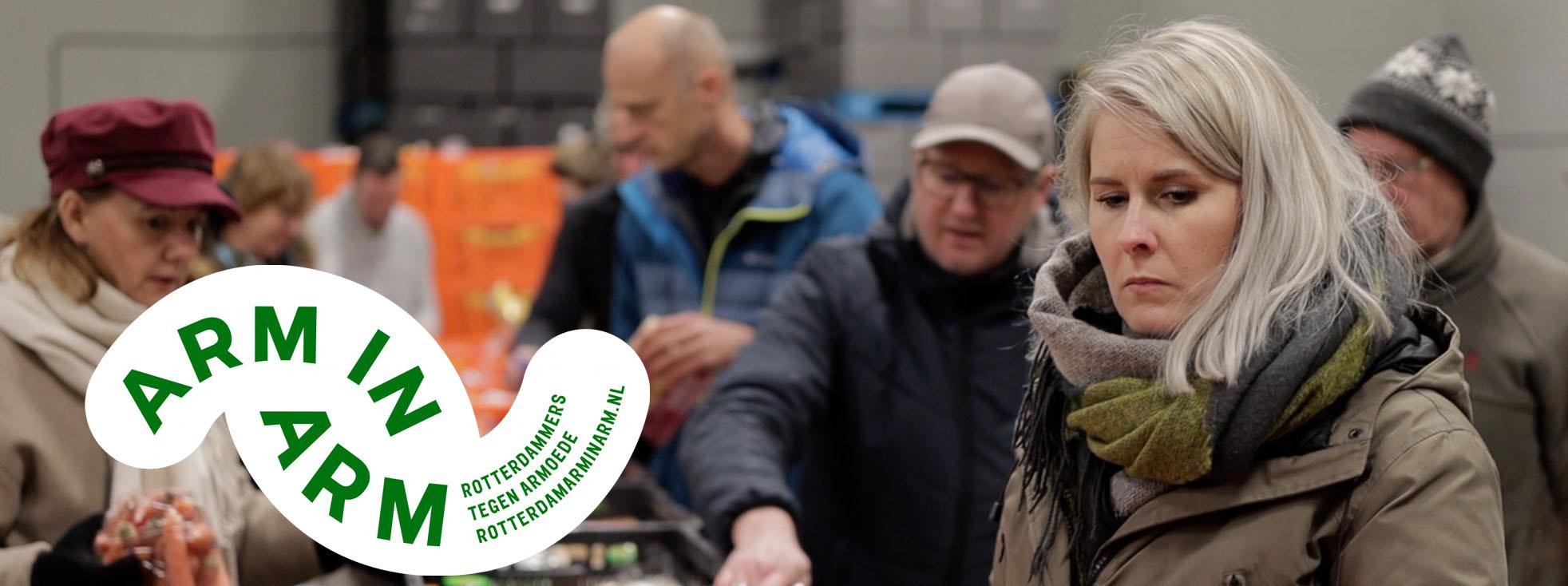 Medewerkers ER IS GENOEG helpen aan de band bij de voedselbank Rotterdam